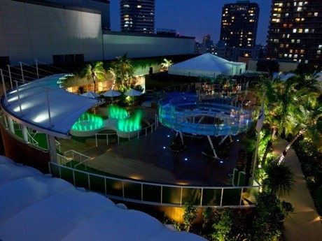 夜のサンシャイン水族館マリンガーデン、中央にはドーナツ型水槽の「サンシャインアクアリング」