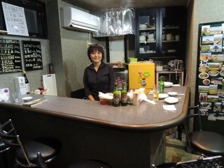 「中国西北家庭料理 沙漠之月」の店内。カウンター内は店主の英英さん