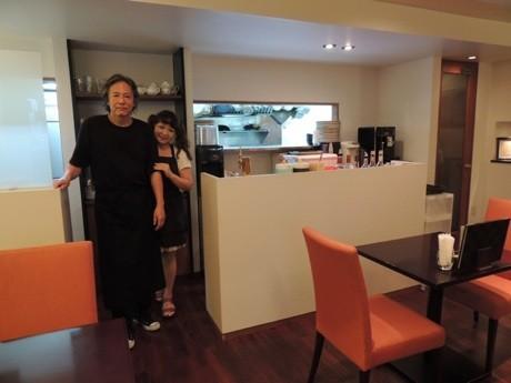 「TOKYO美食伝説 究極のオムライス&カレーと旬の厳選グルメPapiPopi」店内。店主の橋本徹さん(左)と共同営業者で妻の博子さん(右)