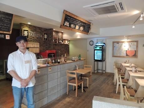 「Aピッツア」の店内。左手はブランディングマネジャーの平井さん