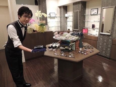 「執事眼鏡 eye mirror(アイミラー)」店内。左手は執事代表の朝倉鏡介さん