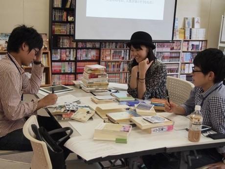 復活する図書室に並べる本のラインアップを考える「おとな大学」の受講生たち