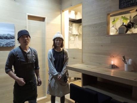 店主の山下さん(左)とスタッフの佐藤さん(右)