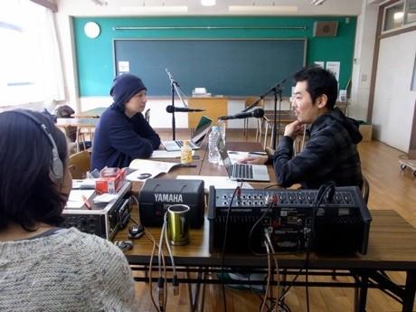 長島確 さん(左)と中野成樹さん(右)の ラジオ番組の収録風景