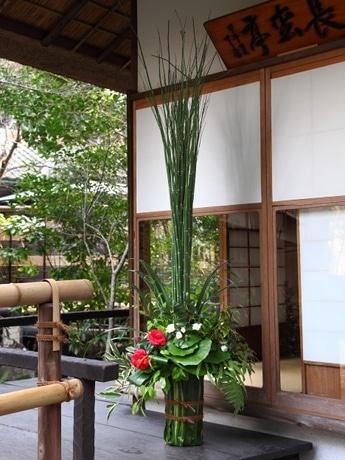 茶室「長松亭」前に生けられた花