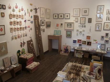 「ブックギャラリー ポポタム」で開催中の「66人のチャリティー展 2013」