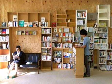 漫画や実用本、小説、雑誌などが並ぶブックカフェの本棚