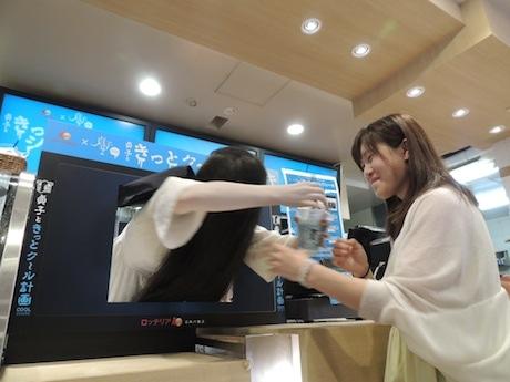 TVモニターに模したレジから飛び出し、商品を手渡す貞子