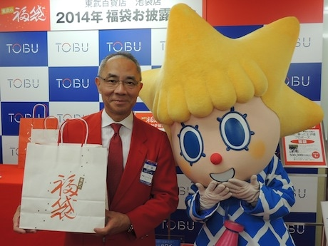 福袋発表会に登場した、東武百貨店池袋本店長の佐藤治夫さんと東京スカイツリー公式キャラクターのソラカラちゃん