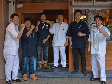 左から平岡店長、マネジャーの大矢さん、スタッフ