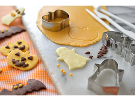 カボチャの形などハロウィーンをモチーフにしたクッキーを作る