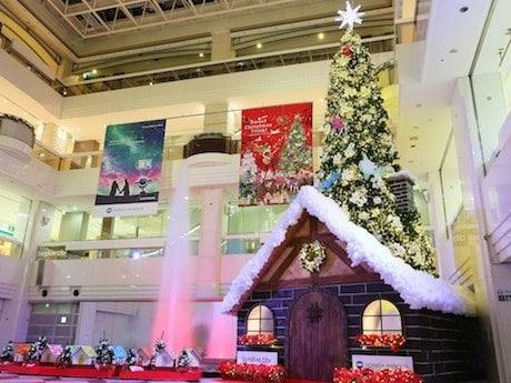 ライトが歌に合わせて切り替わる噴水広場のクリスマスツリー