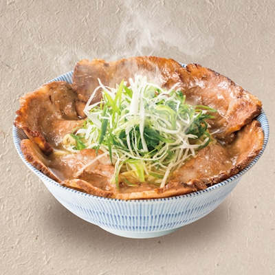 自家製チャーシューがラーメン鉢全面に載った「山葵がキレる 肉そば【粋】」