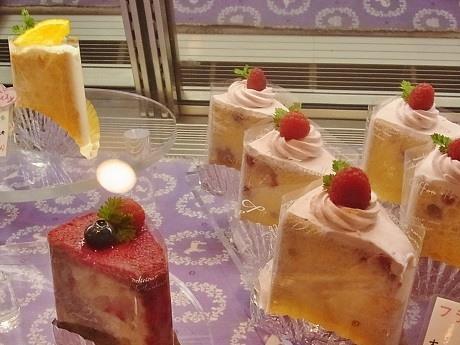 シフォンケーキ専門店「La Famille(ラ・ファミーユ)」のショーケースに並ぶシフォンケーキ