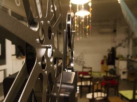 16ミリフィルム映画上映会「名画座カフェ」会場。手前は映写機