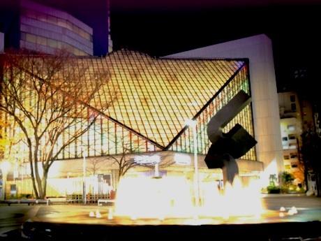 イベントを行う、池袋西口公園と東京芸術劇場