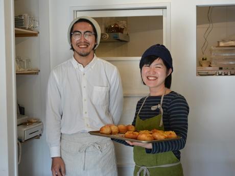 スタッフの金親さん(左)と店長の鈴木さん