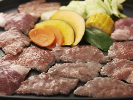 肉、海鮮、野菜を盛り合わせたバーベキューセットは1人前=2,000円