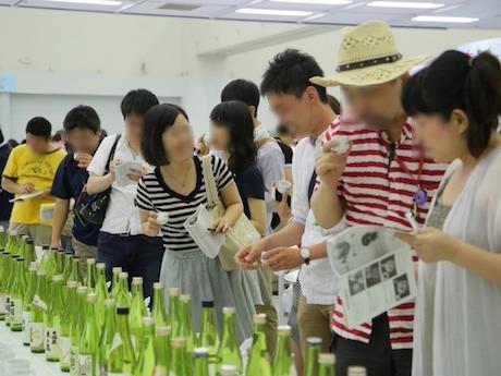 過去の「公開きき酒会」の様子。今年は約430点の日本酒が試飲可能