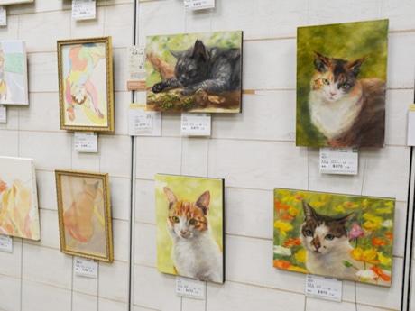 「ねこ展」作品展示の様子、絵画の価格はサイズと1平方センチの単価によって決まる