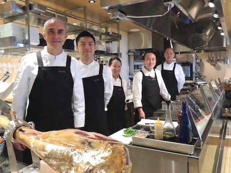 ジョセップ・バラオナ・ビニェスさん(左端)と店員