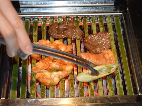 「竹網」を使って焼き肉をする様子
