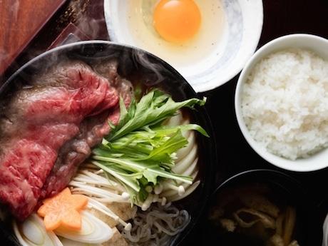 昼の御膳では、「牛すき焼き定食」など用意。ご飯は何杯でもお代わり自由