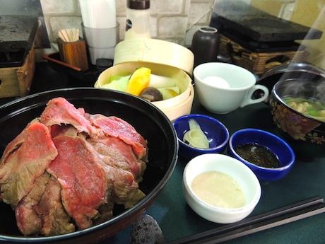 「てんこ盛りローストビーフ丼」と「野菜セット」