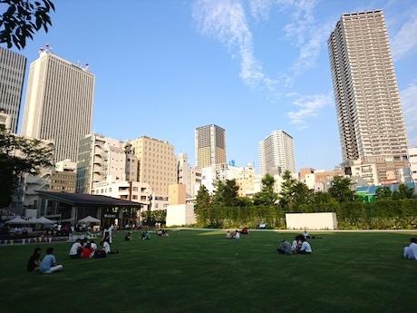 開放された芝生エリア。晴れの日には芝生に座ったり寝転がったりしてくつろぐ利用者の姿も見られる