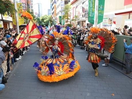 サンシャイン60通りでのサンバなどのパフォーマンスを今年も開催。写真は過去開催時の様子