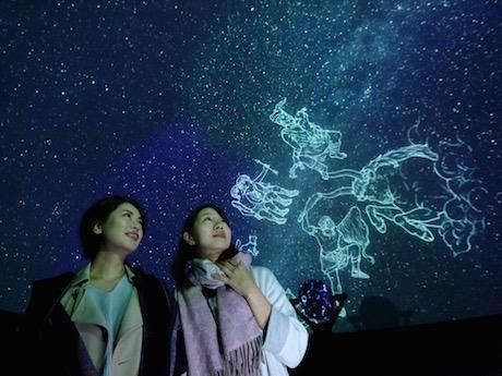 冬の星空が輝くプラネタリウムのドーム空間で写真撮影が可能