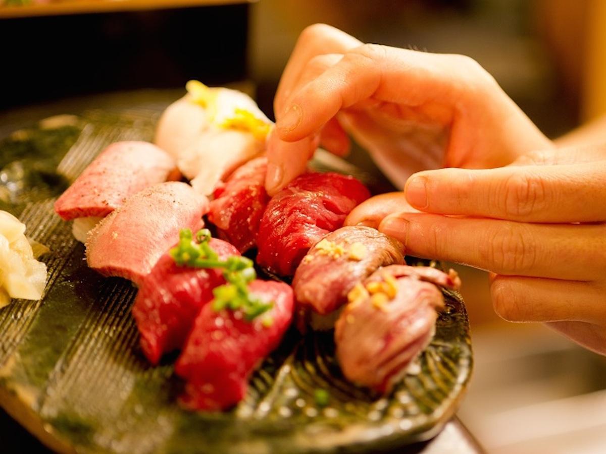 馬・牛・豚・鶏肉などのさまざまな部位のすしを30種類以上用意