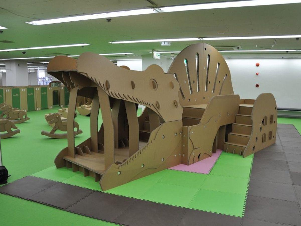 恐竜の遊具を設置