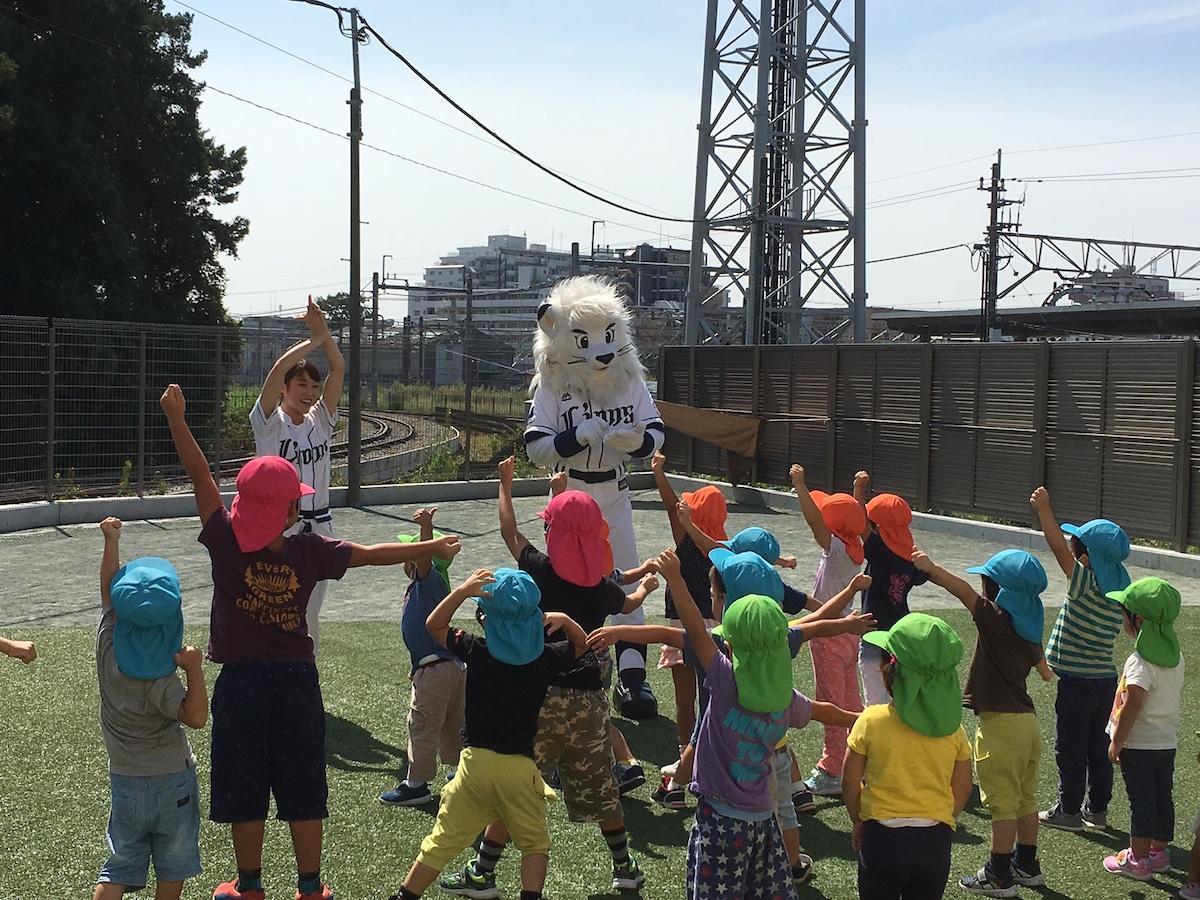 埼玉西武ライオンズの公式マスコット「レオ・ライナ」との体験型カリキュラムの様子