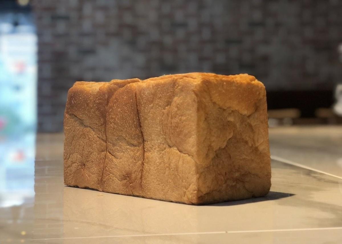 ベーカリーで焼き上げ販売する食パン