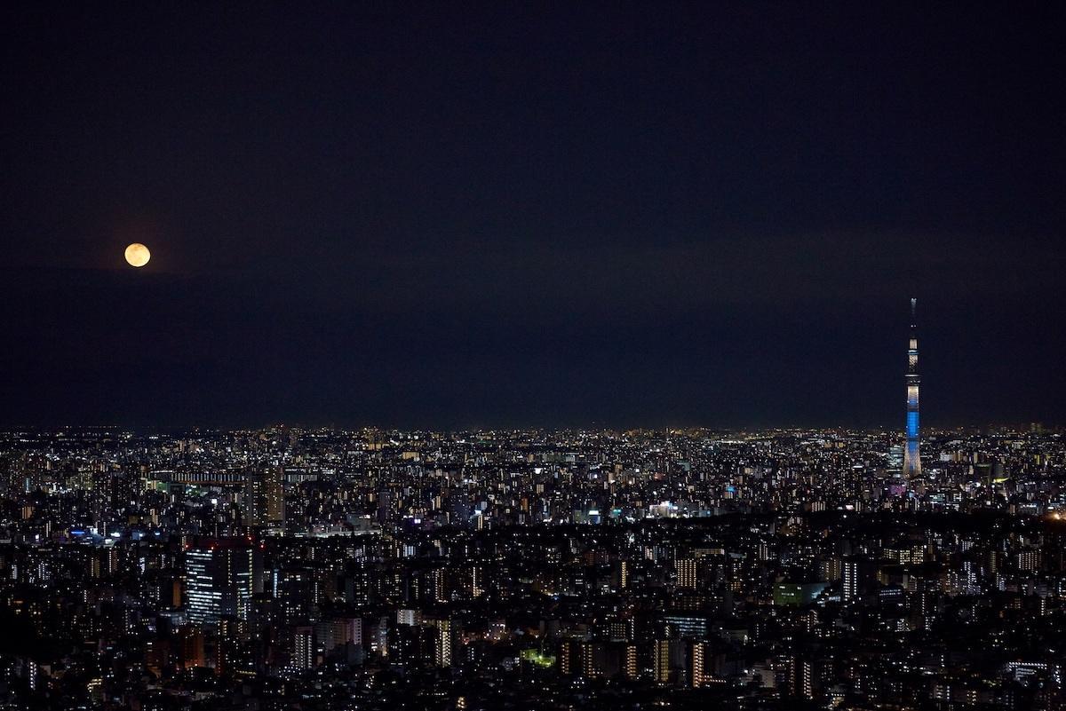 SKY CIRCUS サンシャイン60展望台からの月