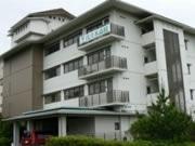 建物は元ホテル施設を利用。窓からは英虞湾が一望できる自然豊かな環境