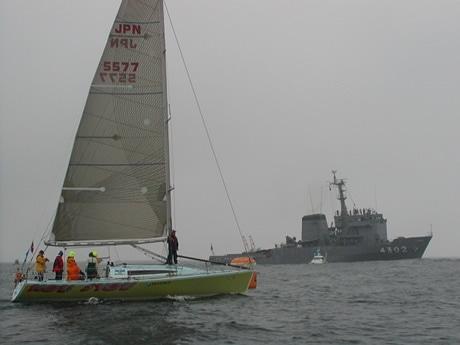 ヨットレースを伴走中の海上自衛隊の多用途支援艦「すおう」