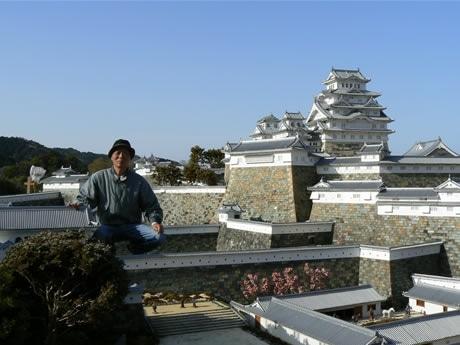 完成した姫路城・城内に腰掛ける城主の井村さん