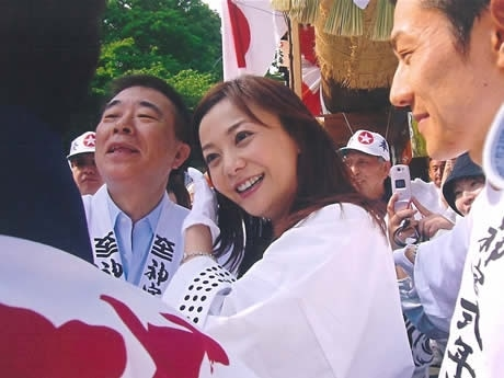 第62回神宮式年遷宮第2次お木曳行事に参加する華原朋美さん--Japanese Pop Singer Joins Okihiki Event