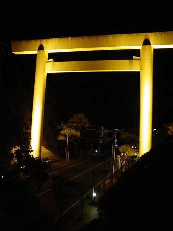 伊勢市のシンボルになっている大鳥居が環境省主催の「ブラックイルミネーション2007」で消灯される。写真はライトアップされた鳥居