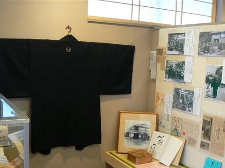 伊雑宮・和合山・天の岩戸の三宮参りに幸吉翁の代参に、分身としてもらった「珠」の紋のある羽織。毎月25日に先代はこれを着てお参りに行っていたという。以来一度も洗濯はされていないとも。