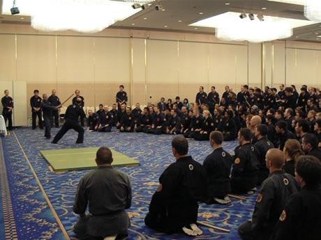 「玄武館世界忍法武芸大会」実践で指導する種村宗家の技に注目する門下生たち--Worldwide Ninpo Bugei Conference in Shima