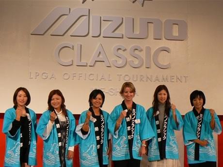 プレゼントされた真珠を身に付けてカメラに応える選手たち。左から飯島茜、横峯さくら、宮里藍、カリーウェブ、上田桃子、金美賢の各選手。選手歓迎レセプションで