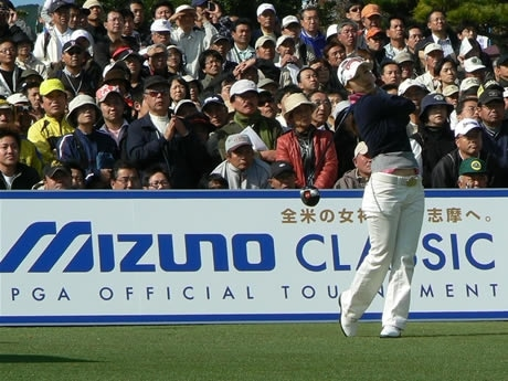 2日目5アンダーで昨年同様1位で通過した上田桃子選手。1番ティーショット。