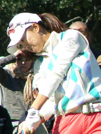「ミズノクラシック伊勢志摩」最終ラウンド。上田桃子選手のティーショット。真珠のピアスが輝いている。