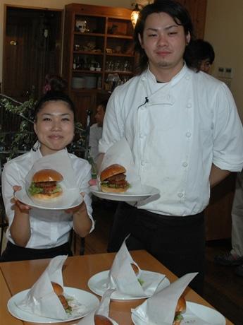 鳥羽市観光戦略室とイタリアンレストラン「cuccagnaクッカーニャ」とのコラボで生まれたご当地限定のハンバーガー「TOBURGER(とばーがー)」