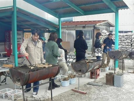 「カキの食べ放題」を提供する山安水産。バケツにカキが積み上げられている。