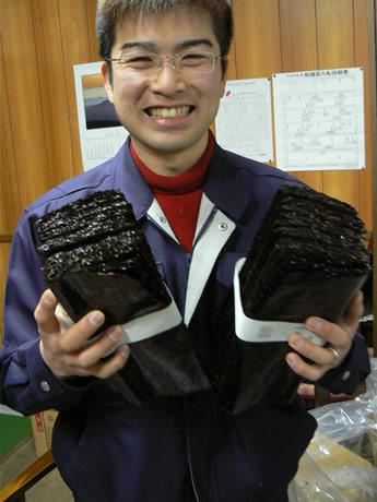 今年の三重県産の「新ノリ」を手にする伊勢の老舗海苔問屋「かねやす」4代目笠井大輔さん
