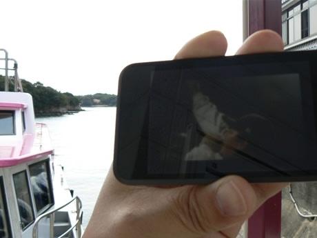 賢島港からYouTubeでDAZZLE 4LIFEのプロモーションビデオを鑑賞する。